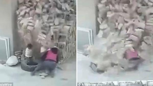 Clip: Hai đứa trẻ bị cả đống gạch đổ ập xuống người khi theo mẹ đi làm