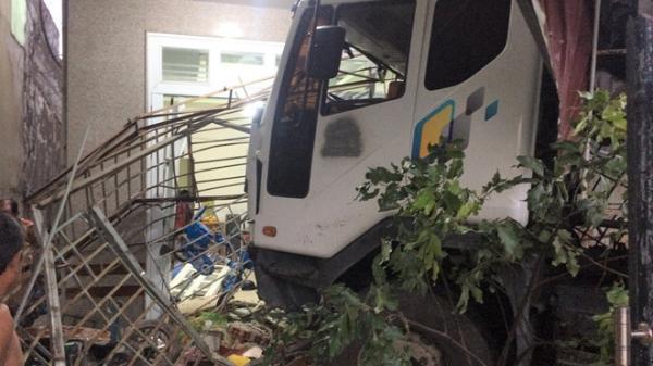 Miền Tây: GIẬT MÌNH xe tải mất lái đâm vào nhà dân, 4 người thoát chết