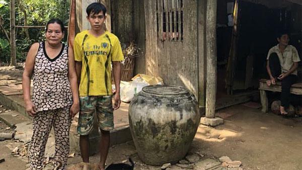 Thương xót hoàn cảnh em trai Bến Tre sinh năm 1997 chưa một lần được đến trường, phải nuôi mẹ bị bệnh nặng cùng người thân tâm thần.