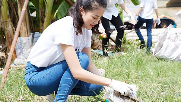 Nguyễn Phương Khánh giản dị nhặt rác cùng tình nguyện viên trên sông Cửu Long