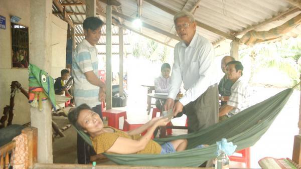 Trao tiền hỗ trợ bệnh nhân nghèo xã Mỹ Hưng (Bến Tre)