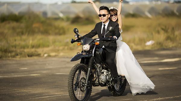 Ảnh cưới trên xe phân khối lớn của cặp trai gái Bến Tre
