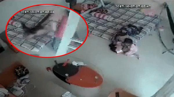 Phẫn nộ clip người chồng thẳng tay túm chân vợ lẳng xuống sàn nhà ngay trước mặt con nhỏ