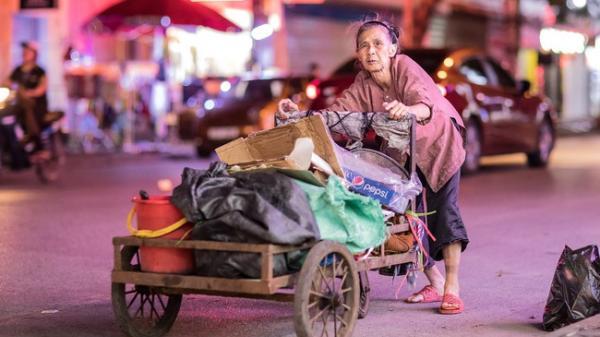 Rơi nước mắt bộ ảnh cụ bà 83 tuổi lưng còng vất vả đi nhặt rác trong đêm để nuôi 2 người cháu ở Bắc Giang