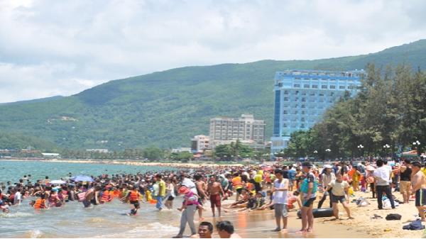 Hàng ngàn người dân tắm biển 'lấy hên' trong ngày Tết Đoan Ngọ