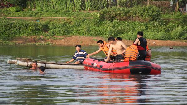 Bình Định: Ra sông tập bơi, hai cha con chết đuối