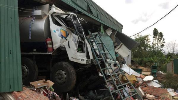 Xe bồn chở xăng dầu tông sập nhà dân