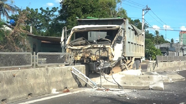 Bình Định: Xe tải 'cày' nát dải phân cách, tài xế thoát chết trong gang tấc