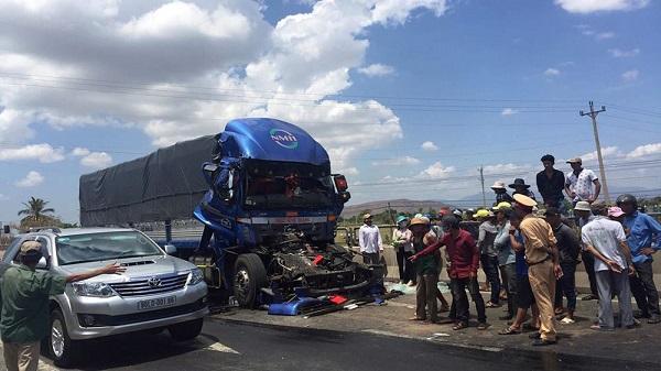 Xe tải bẹp dúm, tài xế tử vong khi đâm vào đuôi xe đầu kéo