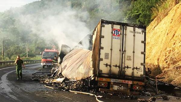 Va chạm xe đầu kéo, 2 người trong xe container chở xoài cháy đen