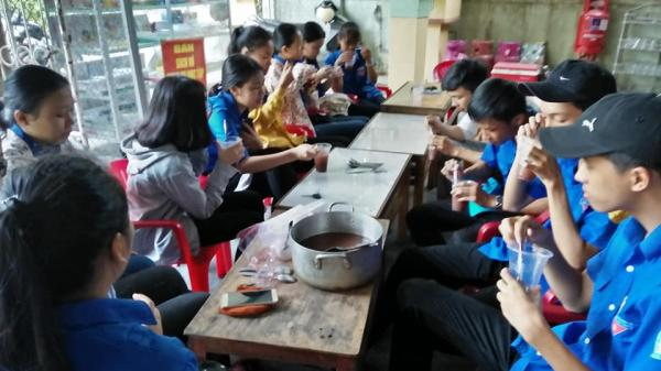 Các tình nguyện viên Huế : 10 năm nấu chè đậu đỏ tiếp sức mùa thi cho các thí sinh