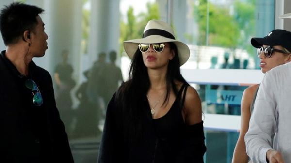 Ca sĩ Mỹ Nicole Scherzinger che nón, né đám đông khi đến Đà Nẵng