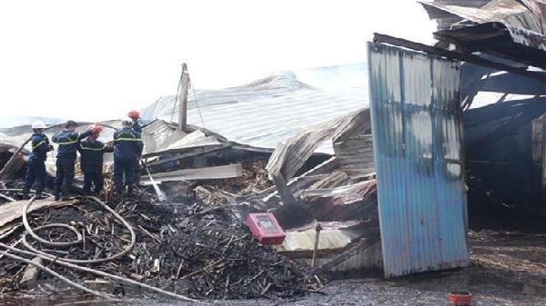 Bình Định: Hỏa hoạn thiêu rụi kho gỗ rộng 1.000m2