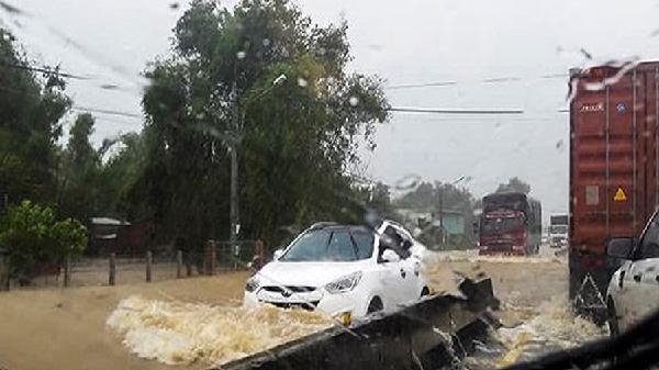 Bình Định mưa to, quốc lộ 1A ngập lút bánh ôtô
