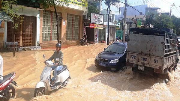 Bình Định: Quốc lộ thành 'biển nước', lũ nhấn chìm hàng nghìn nhà dân