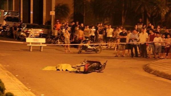 Cô gái rơi từ tầng 25 chung cư suýt trúng người đi xe máy dưới đường