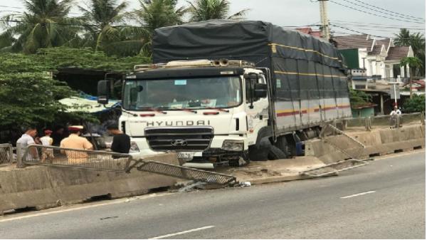 Mất lái, xe tải đâm toạc dải phân cách QL1 Bình Định
