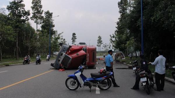 Bình Dương: Dùng búa phá cửa cabin xe container giải cứu tài xế và phụ xe