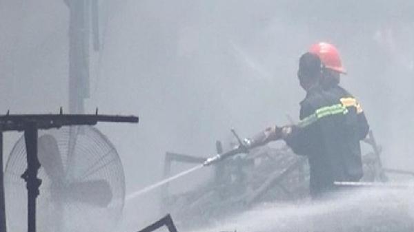 Cháy lớn tại Công ty sản xuất đồ gỗ Tân Vĩnh Nghĩa rộng khoảng 2000m2 ở Bình Dương