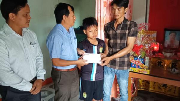 Trao tiền bạn đọc hỗ trợ cho 3 em học sinh mồ côi mẹ ở Bình Thuận