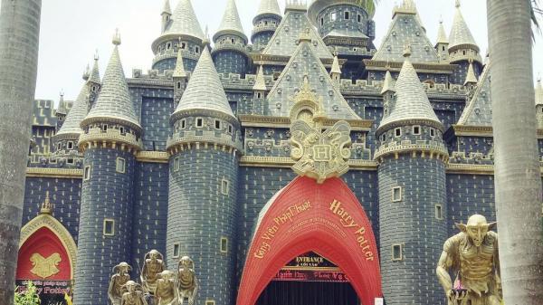 Giới trẻ phát sốt với lâu đài Hogwarts bất ngờ xuất hiện ngay cạnh Bình Dương