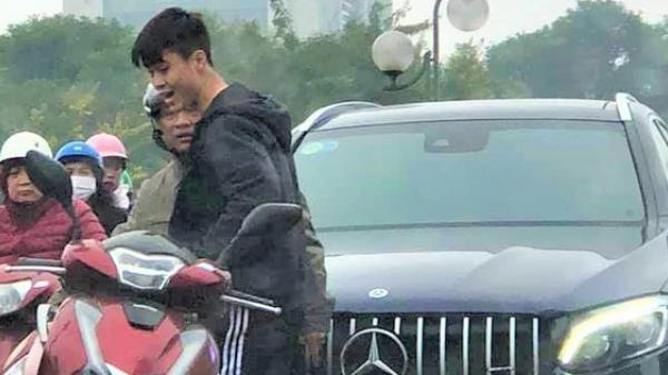 Xe ôtô tiền tỷ của Duy Mạnh và Quỳnh Anh va quệt với xe máy trên cầu vượt ở Hà Nội