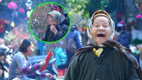 Hình ảnh cụ bà 92 tuổi cười móm mém bên hoa đào ngày giáp Tết đáng yêu đến lạ!