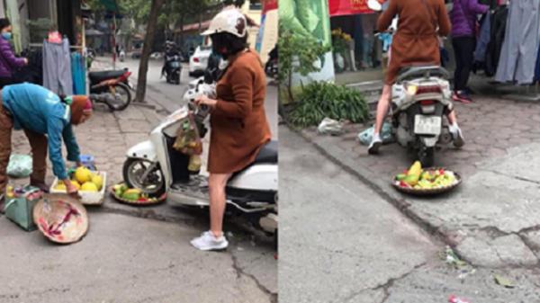 Tranh thủ kiếm ít tiền ăn Tết, người phụ nữ bán hoa quả trên vỉa hè hốt hoảng khi bị 'quái xế Lead' cán nát rổ hàng và buông lời tục tĩu