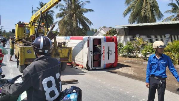 """Tông dải phân cách, xe khách """"phơi bụng"""" trên QL1A qua Tiền Giang"""