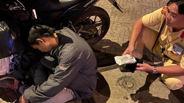 Thanh niên say xỉn, ôm gần 40 triệu nằm ngủ quên trên đường