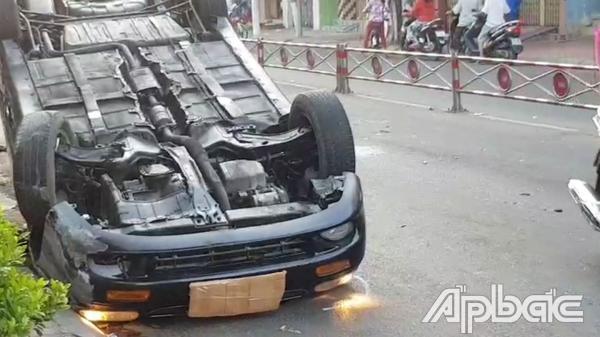 TP. Mỹ Tho: Xe Mercedes lật ngửa sáng mùng 3 Tết