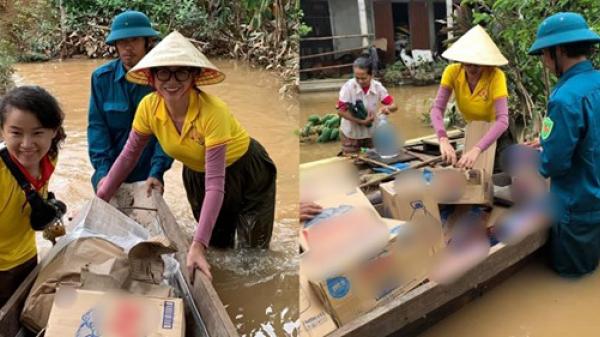 Trang Trần không ngại lội bộ giữa nước lũ, đẩy xuồng lương thực hỗ trợ bà con Quảng Trị