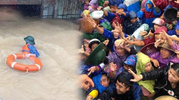 Tài sản chẳng còn gì sau lũ, bà con Quảng Bình chen nhau đi nhận hàng cứu trợ