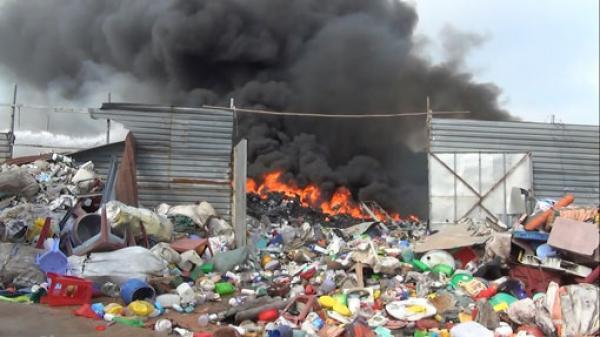 Bình Dương: Cháy vựa phế liệu rộng hàng ngàn m2