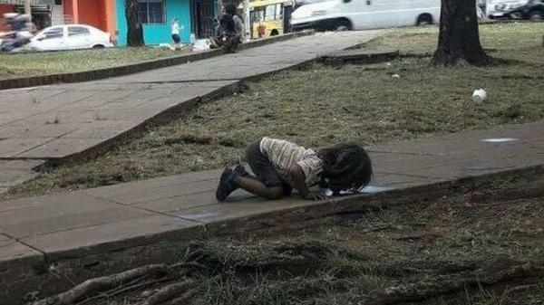 Cô bé nghèo liếm nước bẩn từ vũng nước bên đường khiến cả thế giới rơi nước mắt