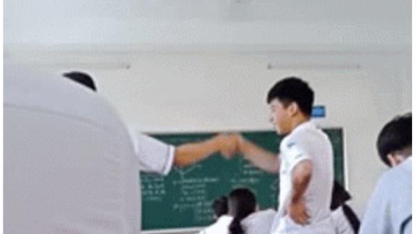 Clip: Nói chuyện riêng trong lớp, hai nam sinh bị phạt đứng bắt tay thân ái cả tiết học