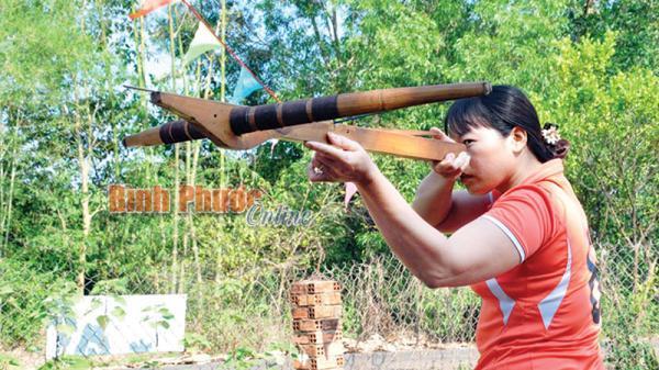 Bình Phước: Chị Dương Thị Tấm đam mê bắn nỏ