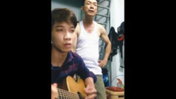 Chàng trai Bình Phước đệm guitar cho bố hát 'Ngắm hoa lệ rơi'