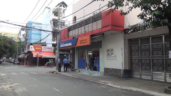 Tài xế nghi say xỉn lái xe tông vào trụ sở ngân hàng rồi nổ máy… đi sửa xe