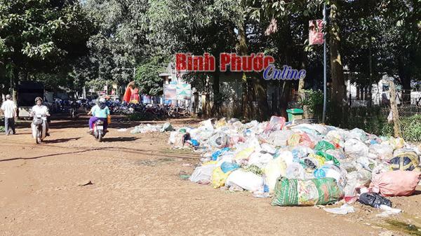 Bãi rác gần ngay trụ sở UBND xã ở Bình Phước vẫn chưa được giải quyết gây mùi khó chịu