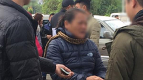 """Clip: Cận cảnh những pha """"chặt chém"""" của dân phe vé, giá vé chợ đen trận Việt Nam-Malaysia lên 18 triệu đồng/cặp"""