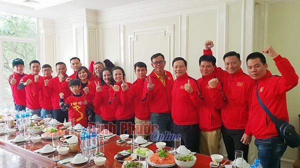 Cha mẹ và CĐV Bình Phước đã có mặt ở Mỹ Đình để cổ vũ cho Hồng Duy và đội tuyển Việt Nam