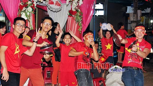 Người dân Bình Phước xuống đường ăn mừng chiến thắng của đội tuyển Việt Nam