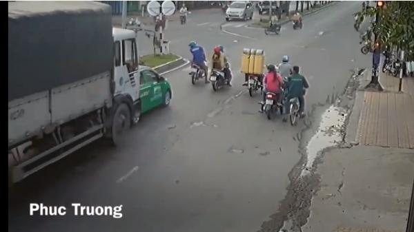 Video: Đang chờ đèn đỏ, taxi bị xe tải ủi bay hàng chục mét