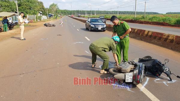 2 xe máy tông nhau làm 5 người thương vong, nằm la liệt