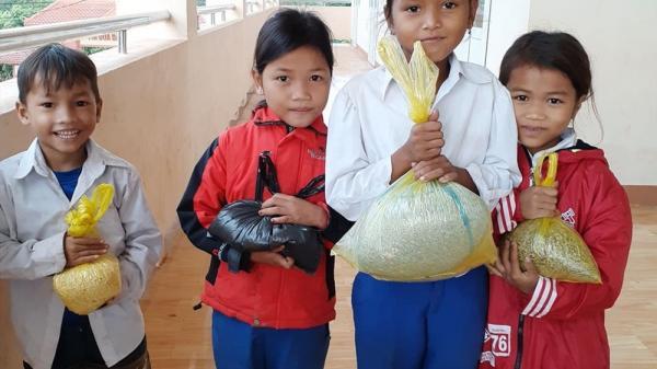 Học sinh tặng giáo viên hoa dại, gạo nếp và mía nhân ngày 20.11