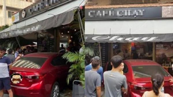 """Cận cảnh ô tô l.ao vào quán cà phê """"Chạy"""", nhiều khách tháo ch.ạy t.án l.oạn, 2 người ch.ạy không kịp"""