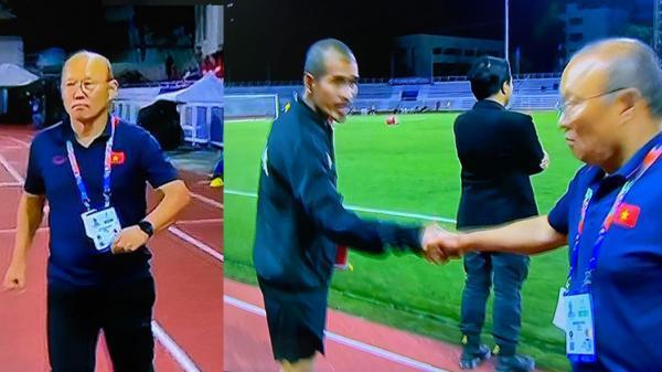 Góc hài hước: 'Dù chiến thắng nhưng HLV Park vẫn nghiêm túc sang bắt tay HLV Singapore cho ông ấy đỡ buồn'