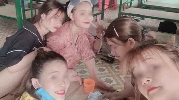 Trước khi phát hiện dương tính, BN 122 về từ Thái Lan chụp ảnh cùng 4 cô gái khác ở phòng cách ly đều không đeo khẩu trang