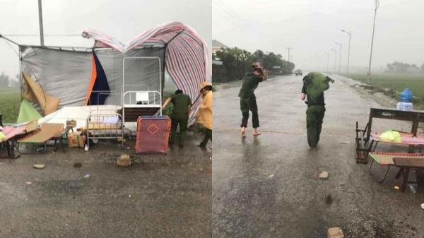 Xót xa cảnh lán ngủ bị mưa thổi bay, bộ đội ướt sũng người, chạy tìm chỗ trú